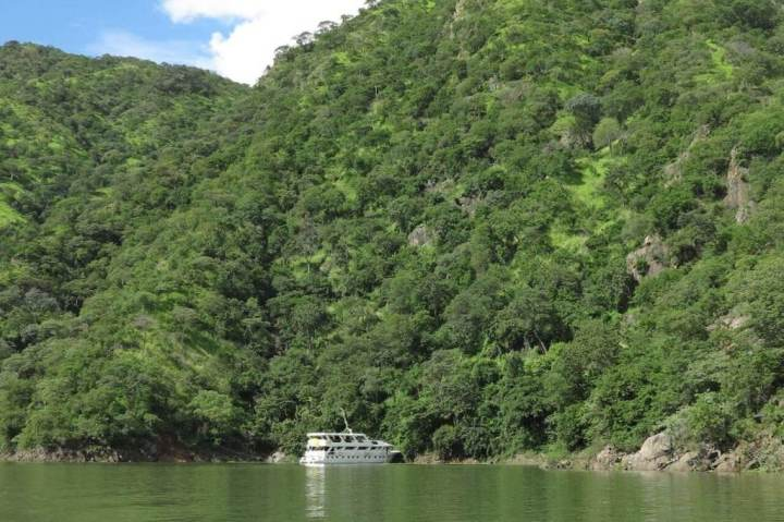 Houseboat moored in the Sanyati gorge - Lake Kariba - Zimbabwe