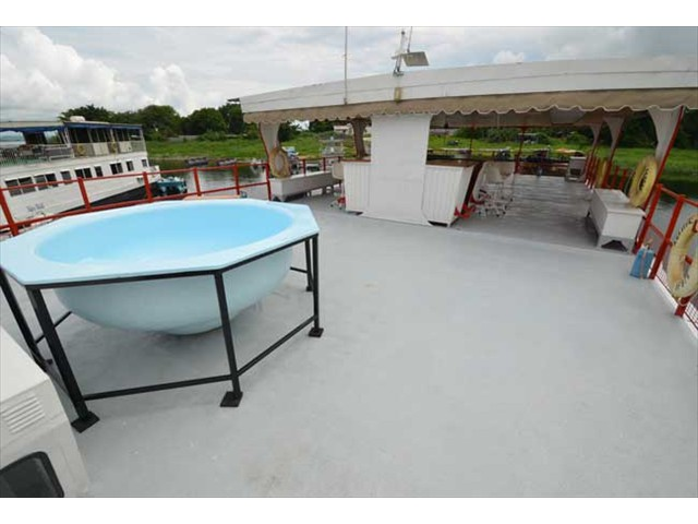 Splash pool on the upper deck