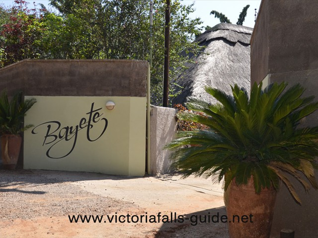 The entrance to Bayete Lodge