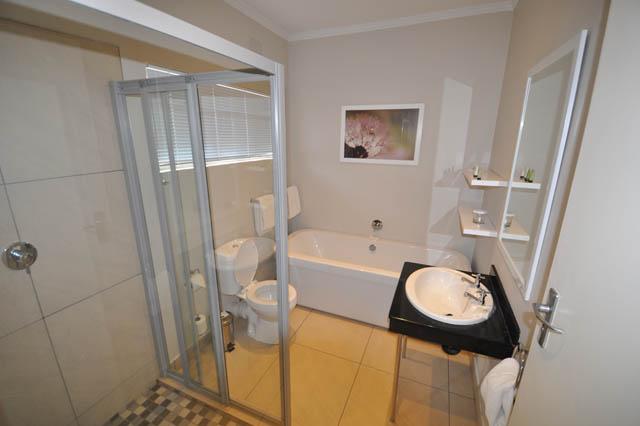 En-suite complete bathroom