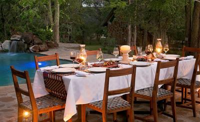 Masuwe Lodge - dinner by the pool