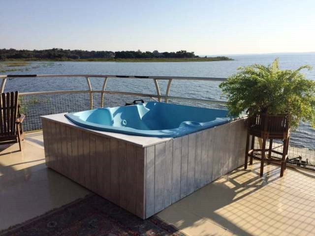 The plunge pool with a fabulous view on The Ponty Houseboat